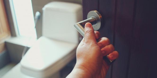 Curiga Pintu Toilet Ketinggian, Pria Nakal Kena Batunya