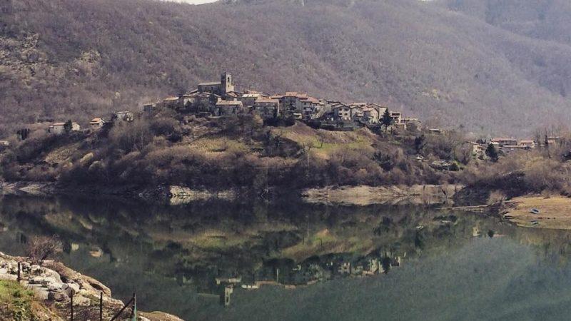 Fenomena Desa Abad Pertengahan yang Muncul dari Dasar Danau di Italia